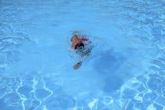 Кавказские заплывы человека в фристайле вползают на внешнем заплывании Стоковое Фото