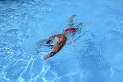 Кавказские заплывы человека в фристайле вползают на внешнем заплывании Стоковое Изображение
