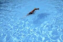 Кавказские заплывы человека в фристайле вползают на внешнем заплывании Стоковое Изображение RF