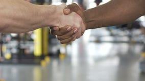 Кавказские и афро-американские приятели приходить сотрудничество в спортзале, slowmotion видеоматериал