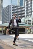 Кавказские костюм черноты носки бизнесмена и шлемофон VR и бой виртуальной реальности пинком Стоковая Фотография RF