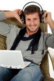кавказские красивые слушая детеныши нот человека Стоковое Изображение