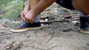 Кавказские мужские шнурки связи путешественника конец вверх сток-видео