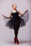 Кавказские танцы артиста балета балерины молодой женщины с балетной пачкой Стоковые Изображения