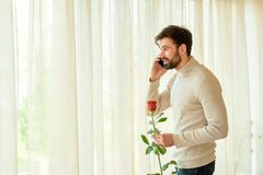 Кавказские человек, телефон и цветок Стоковые Изображения