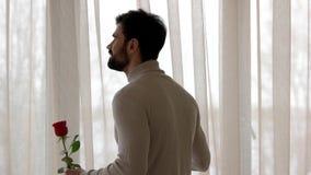 Кавказские человек, телефон и цветок сток-видео