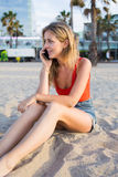 Кавказский белокурый женский говорить на ее мобильном телефоне Стоковые Изображения