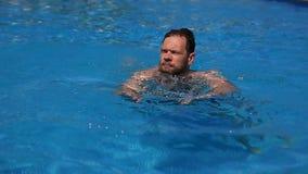 Кавказский бородатый человек плавая в бассейн открытого моря под открытым небом в дне яркого лета солнечном Перемещение, здоровое видеоматериал