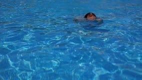 Кавказский бородатый человек плавая в бассейн открытого моря под открытым небом в дне яркого лета солнечном Перемещение, здоровое акции видеоматериалы