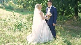 Кавказский жених и невеста на день свадьбы в парке медленно акции видеоматериалы