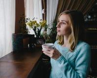 Кавказский; кофе женщины выпивая в утре на ресторане Стоковые Изображения