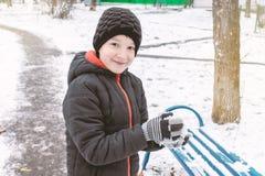 Кавказский мальчик ваяет снежные комья, на открытом воздухе деятельности при зимы, концепцию спорт стоковое фото rf