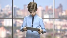 Кавказский мальчик играя видеоигру на планшете ПК сток-видео