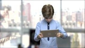 Кавказский мальчик играя на ПК планшета видеоматериал