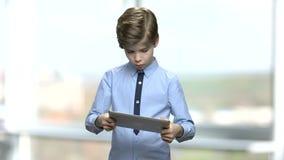 Кавказский мальчик ребенка играя видеоигру сток-видео