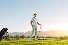 Кавказский мужской игрок в гольф стоя на поле для гольфа Стоковые Фото
