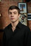 Кавказский музыкант син с черной striped рубашкой Стоковая Фотография RF