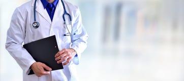 Кавказский общий доктор с концепцией тела черной доски сзажимом для бумаги половинной Стоковые Изображения