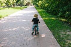 Кавказский ребенк на велосипеде стоковое изображение