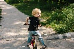 Кавказский ребенк на велосипеде стоковое изображение rf