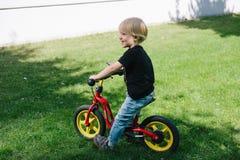 Кавказский ребенк на велосипеде стоковые фотографии rf