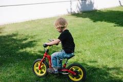 Кавказский ребенк на велосипеде стоковая фотография