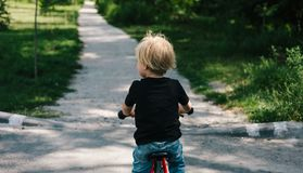 Кавказский ребенк на велосипеде стоковое фото rf