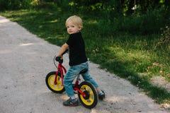 Кавказский ребенк на велосипеде стоковые фото