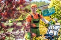 Кавказский садовник с грабл стоковые фотографии rf