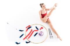 Кавказский спортсмен девушки протягивая около прибора звукомерной гимнастики Стоковая Фотография