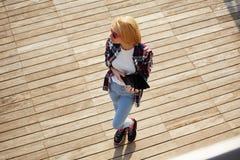 Кавказский студент колледжа держа таблетку пока стоящ на кампусе смотря прочь Стоковое фото RF