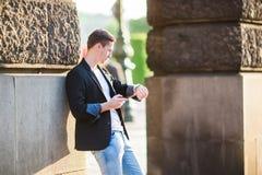 Кавказский туристский идти вдоль дезертированных улиц Европы Молодой городской мальчик на каникулах исследуя европейский город стоковое фото