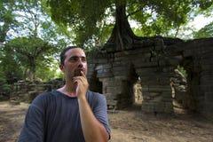 Кавказский турист в Angkor Wat стоковые фото