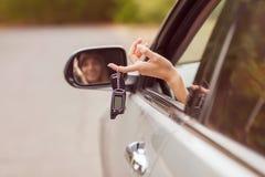 Кавказский усмехаться женщины водителя автомобиля Стоковые Фотографии RF