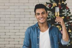 Кавказский человек держа ослеплять белое вино смотря прямо стоковое изображение