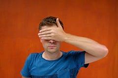 Кавказский человек закрывает глаза с ее руками Он не хочет увидеть что-то и быть заверителем стоковые фотографии rf