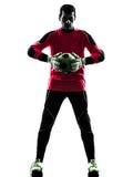 Кавказский человек голкипера футболиста держа силуэт шарика Стоковое Изображение RF