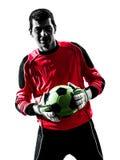 Кавказский человек голкипера футболиста держа силуэт шарика Стоковые Фото
