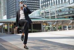 Кавказский шлемофон VR и бой виртуальной реальности носки бизнесмена пинком к воздуху Стоковые Изображения