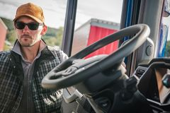 Кавказский Semi водитель грузовика стоковое изображение rf