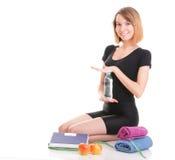 Кавказским белизна веса молодой женщины изолированная маштабом стоковая фотография rf