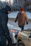 2 кавказских водителя споря после автокатастрофы Стоковые Изображения RF