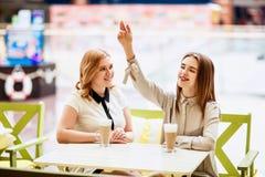 2 кавказских женских друз говоря в кафе Стоковое Изображение