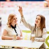 2 кавказских женских друз говоря в кафе Стоковые Изображения