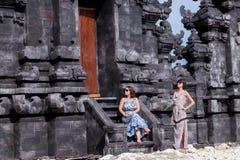 2 кавказских женщины в солнечных очках около балийского виска Исследуйте Индонезию, Бали Стоковое Изображение