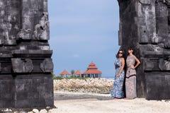 2 кавказских женщины в солнечных очках около балийского виска Исследуйте Индонезию, Бали Стоковые Фотографии RF