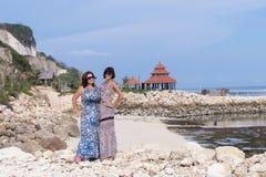 2 кавказских женщины в солнечных очках около балийского виска Исследуйте Индонезию, Бали Стоковое Изображение RF