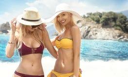2 кавказских женщины имея потеху на пляже Стоковое фото RF