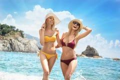 2 кавказских женщины имея потеху на пляже Стоковое Фото