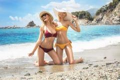 2 кавказских женщины имея потеху на пляже Стоковое Изображение